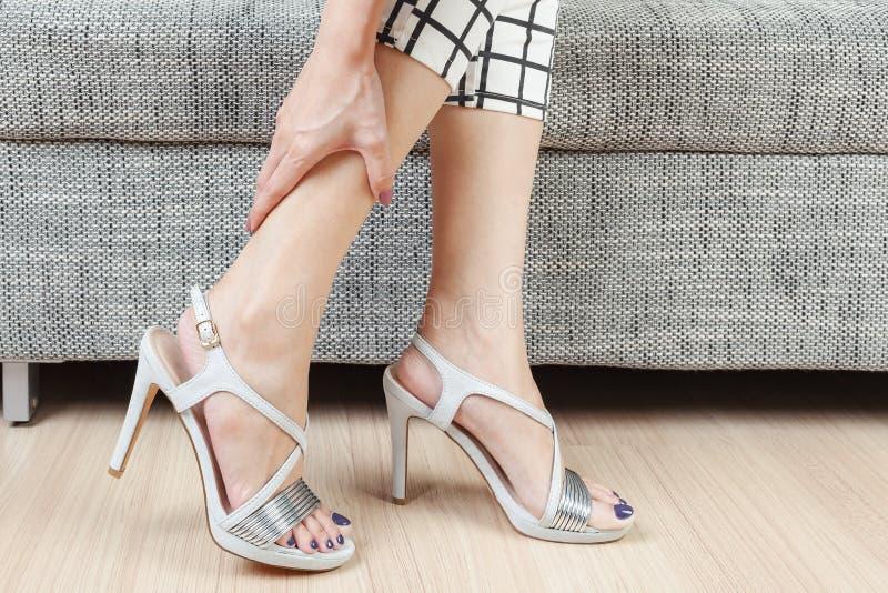 Mano femminile con dolore del piede dopo immagine stock
