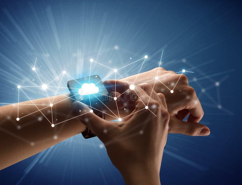 Mano femminile con smartwatch e le icone nuvolose fotografie stock