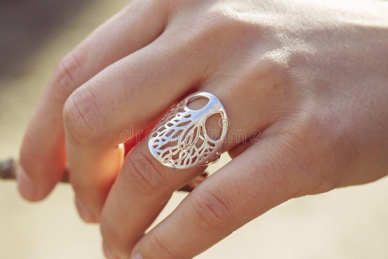 Mano femminile con un bell'anello d'argento immagini stock libere da diritti
