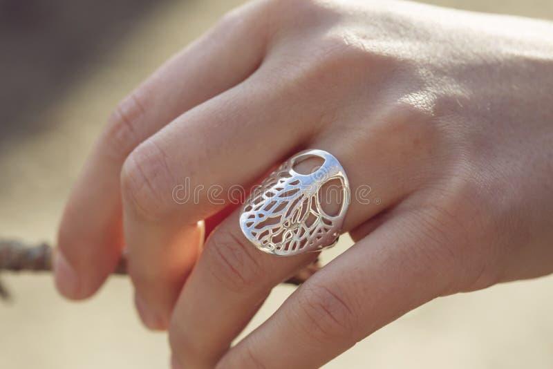 Mano femminile con un bell'anello d'argento immagine stock libera da diritti