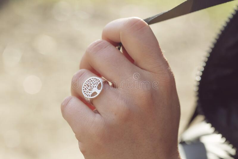 Mano femminile con un bell'anello d'argento immagine stock