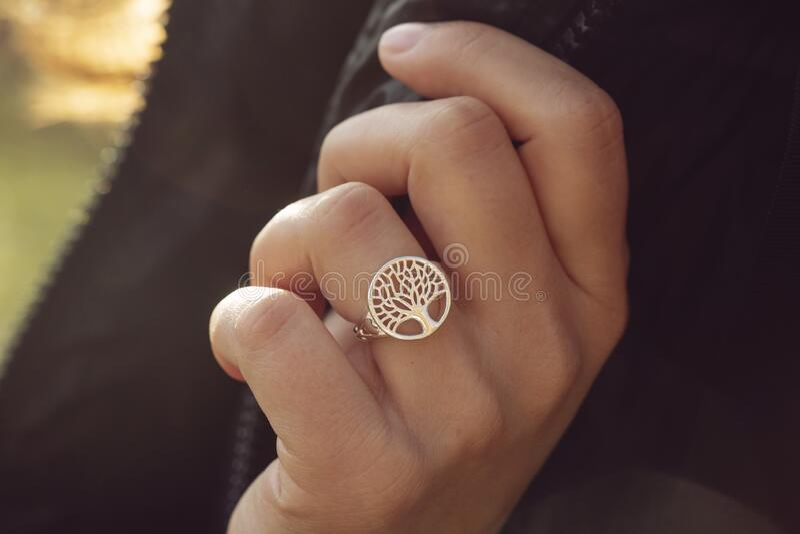Mano femminile con un bell'anello d'argento fotografia stock libera da diritti