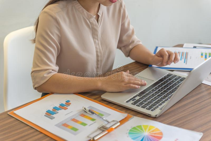 Mano femminile facendo uso del computer portatile per lavoro immagine stock