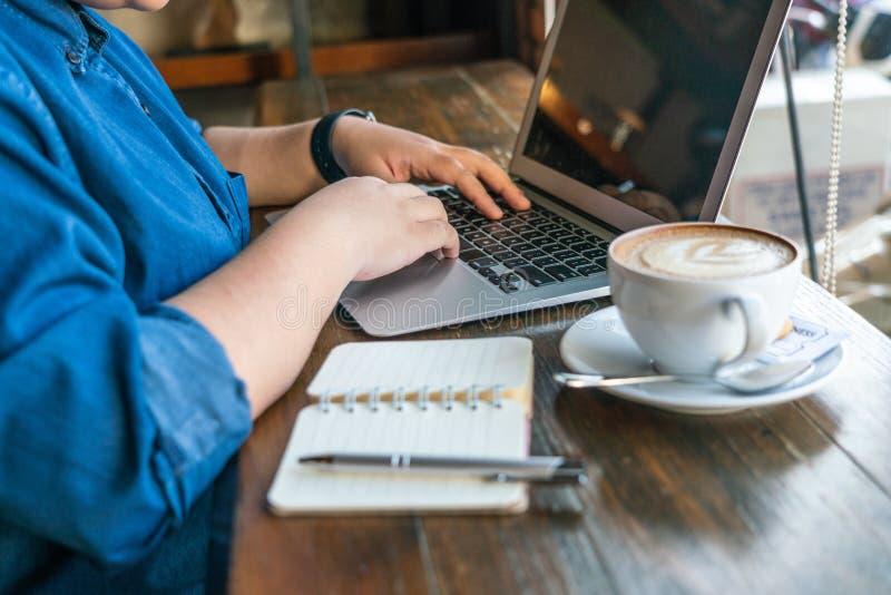 Mano femminile usando touchpad immagini stock libere da diritti