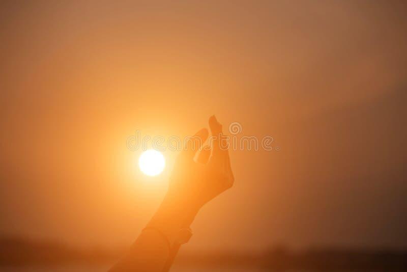 Mano-forma de la demostración de la mujer para el Sun fotografía de archivo