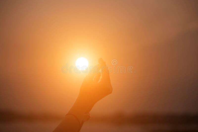 Mano-forma de la demostración de la mujer para el Sun imagenes de archivo