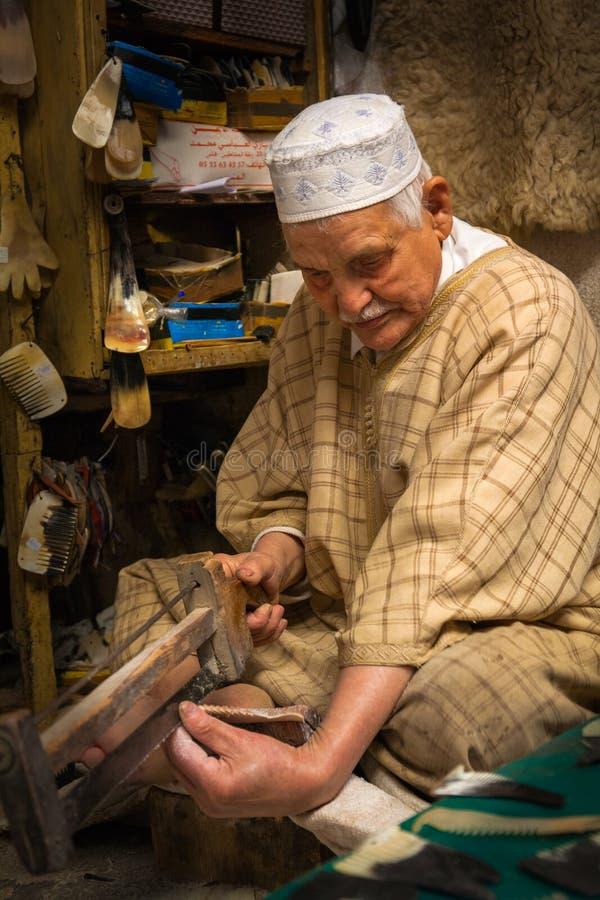 Mano-hacer el peine del cuerno a mano en el Medina, Fes imagen de archivo
