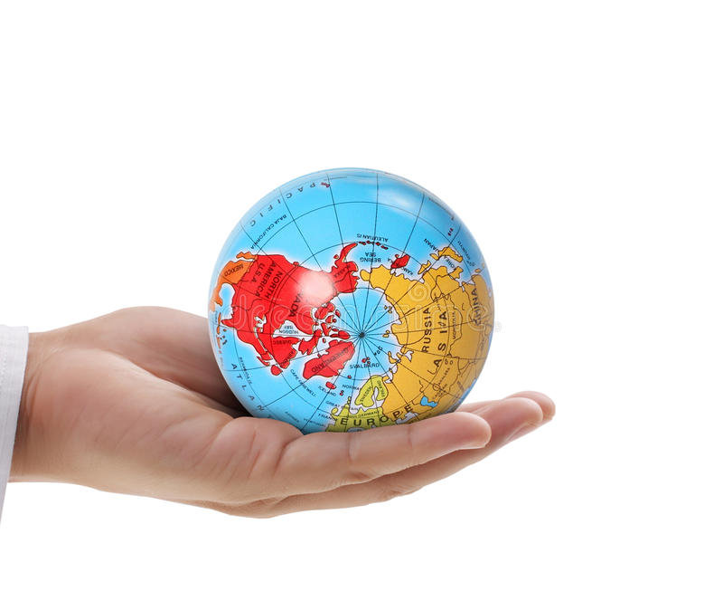 Mano humana que lleva a cabo elementos del globo de la imagen suministrados por la NASA imagen de archivo libre de regalías
