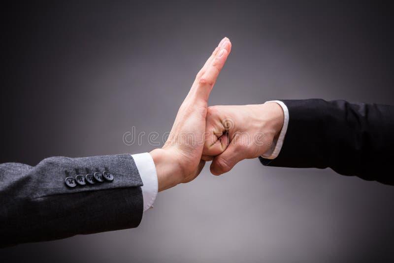Mano humana que para el puño de la persona enojada foto de archivo