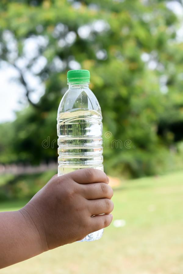 Mano humana que sostiene una botella de agua fotografía de archivo libre de regalías