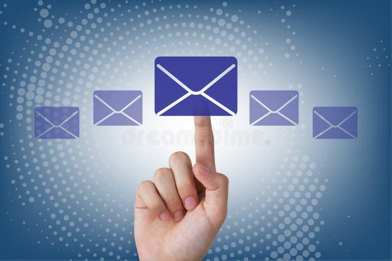 Mano humana que toca el botón del email en la pantalla visual imágenes de archivo libres de regalías