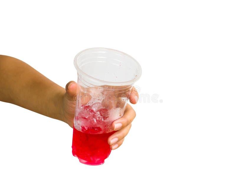 Mano isolata: Una mano femminile potata che tiene il wat dolce rosso della soda fotografia stock libera da diritti