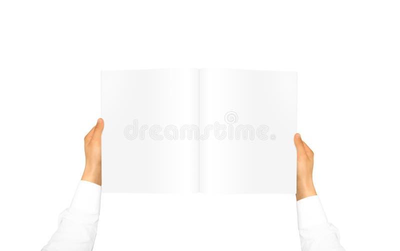 Mano in manica bianca della camicia che tiene giornale in bianco immagine stock libera da diritti