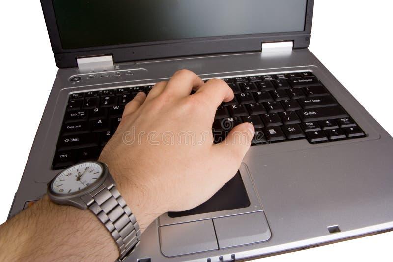 Mano maschio che digita su un computer portatile immagine stock libera da diritti