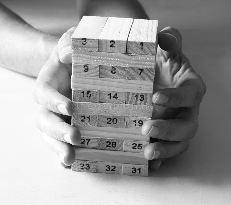 Download Mano Maschio Che Dispone Blocco Di Legno Su Una Torre Concetto Di Strategia E Di Piallatura Immagine Stock - Immagine di costruzione, riservatezza: 55363921