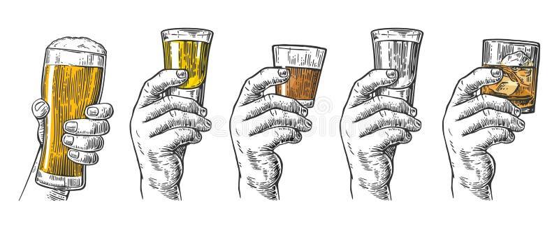 Mano maschio che tiene i vetri con birra, la tequila, la vodka, il rum, il whiskey ed i cubetti di ghiaccio royalty illustrazione gratis