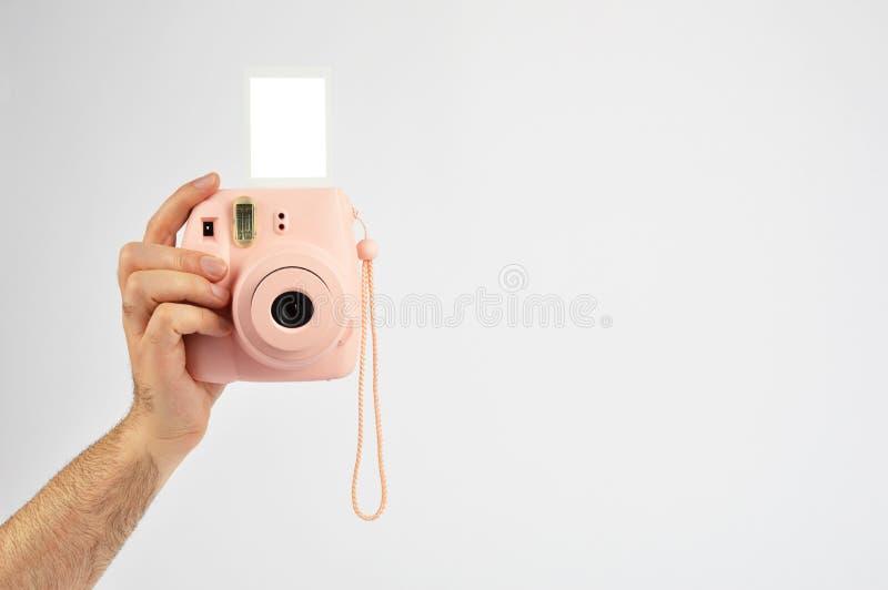 Mano maschio che tiene macchina fotografica istantanea fotografie stock libere da diritti