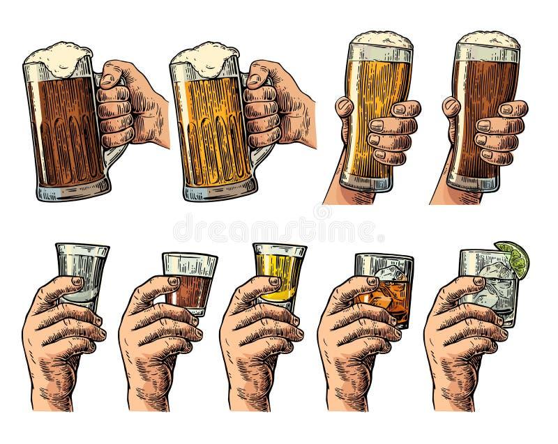 Mano maschio che tiene un vetro con birra, la tequila, la vodka, il rum, il whiskey ed i cubetti di ghiaccio illustrazione di stock