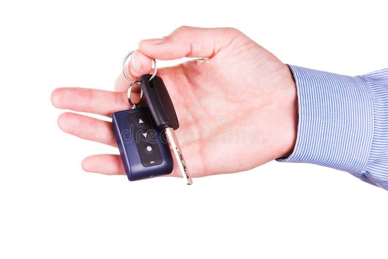 Mano maschio che tiene una chiave dell'automobile. Nuovo concetto dell'automobile immagini stock