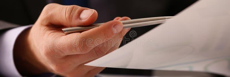 Mano maschio nella penna del siver della tenuta del vestito in ufficio immagine stock libera da diritti