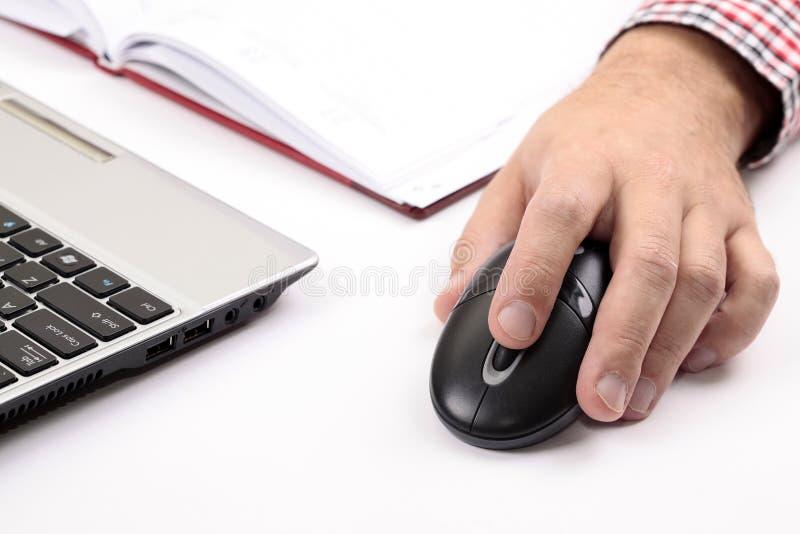 Mano maschio sul mouse del PC fotografia stock libera da diritti