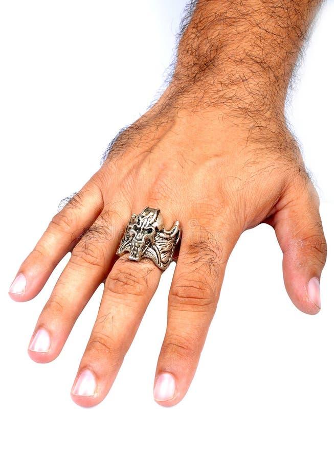 Mano masculina con el anillo imagen de archivo libre de regalías