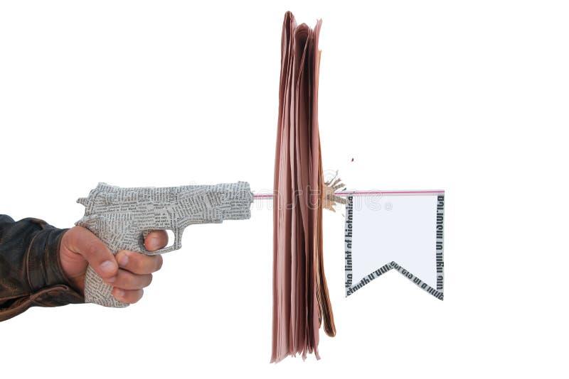Mano masculina con el fuego una pistola del periódico del tiro foto de archivo libre de regalías
