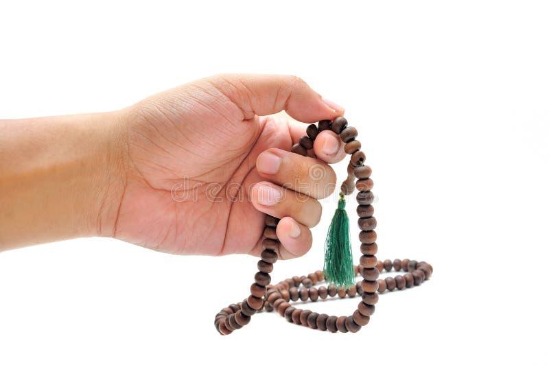 Mano masculina con el rosario imagen de archivo libre de regalías