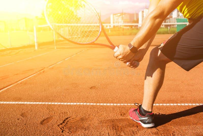 Mano masculina con la estafa de tenis fotos de archivo