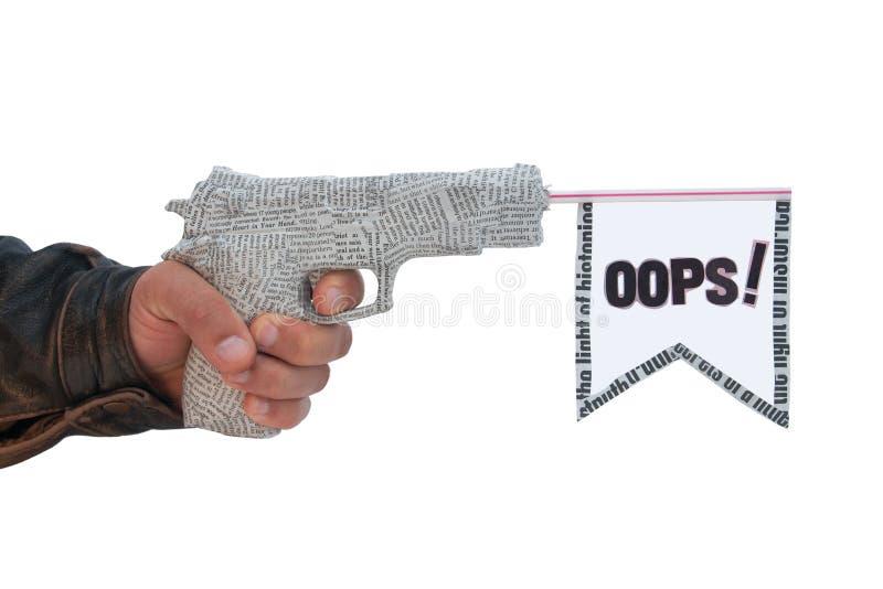 Mano masculina con la pistola y el indicador shoting del periódico fotografía de archivo