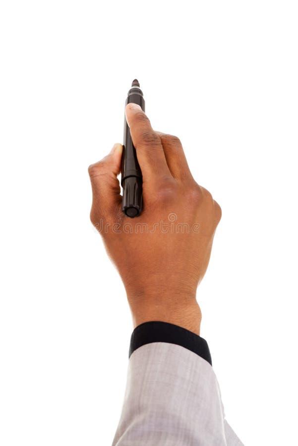 Mano masculina con la pluma que intenta escribir en espacio coppy. imagen de archivo
