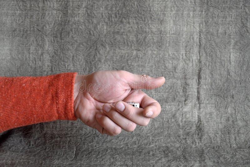 Mano masculina, dado del juego que lanza imágenes de archivo libres de regalías