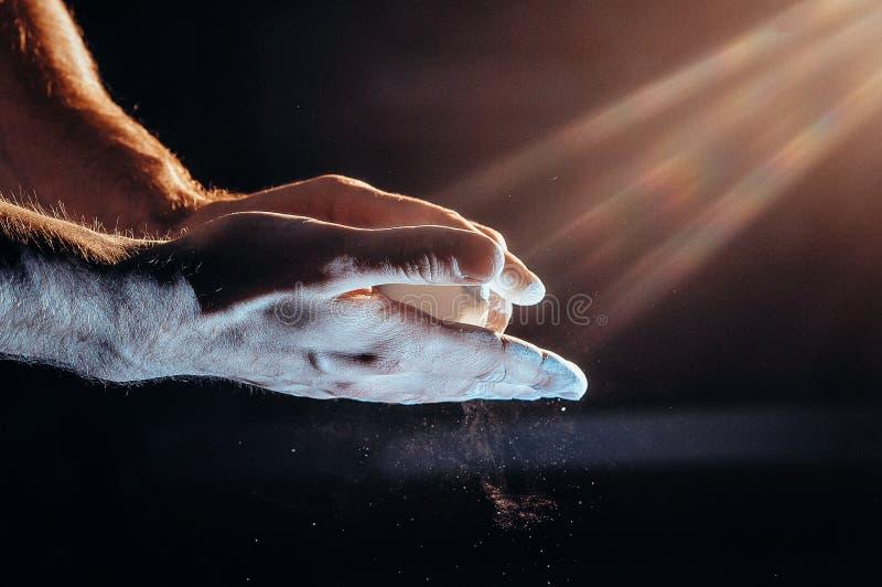 Mano masculina del powerlifter en talco preparación de la palma antes de levantar pesos Imagen entonada foto de archivo libre de regalías