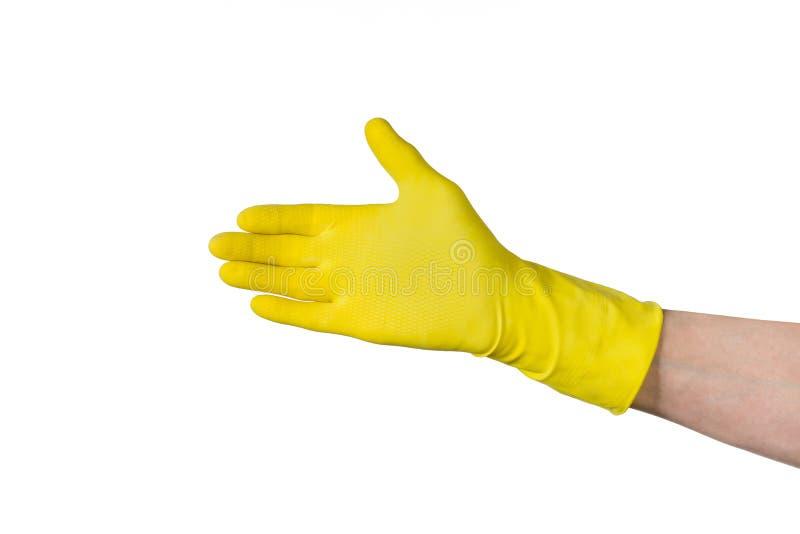 Mano masculina en el guante de goma de la limpieza amarilla aislado en blanco foto de archivo libre de regalías