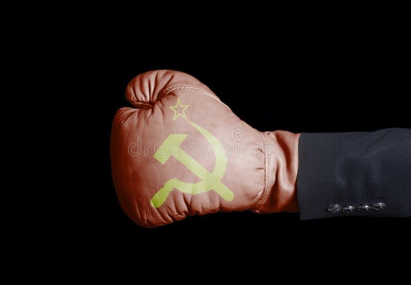 Mano masculina en guante de boxeo con la bandera de URSS imagenes de archivo