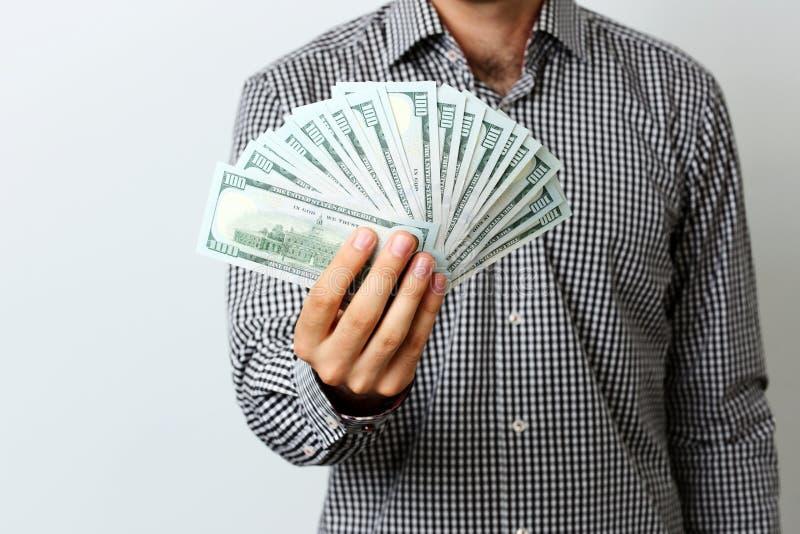 Mano masculina que lleva a cabo dólares de EE. UU. fotografía de archivo