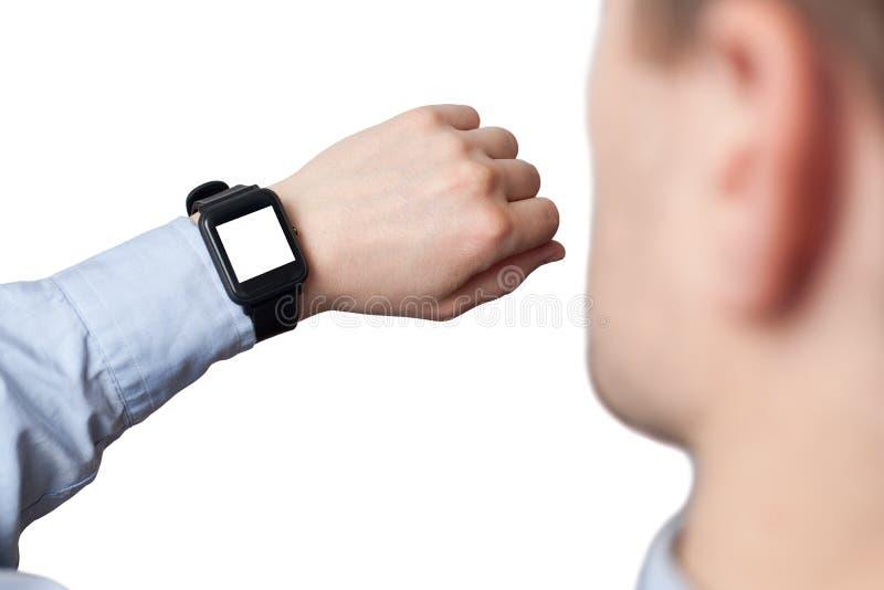 Mano masculina que lleva el reloj elegante con la pantalla en blanco en el fondo blanco imágenes de archivo libres de regalías