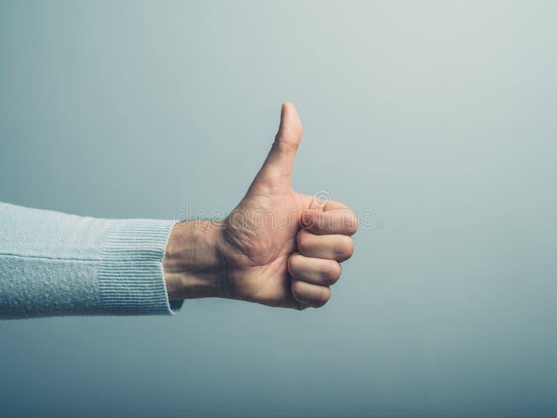 Mano masculina que muestra el pulgar para arriba foto de archivo libre de regalías