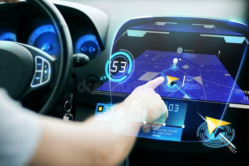 Mano masculina usando sistema de navegación en tablero de instrumentos del coche ilustración del vector