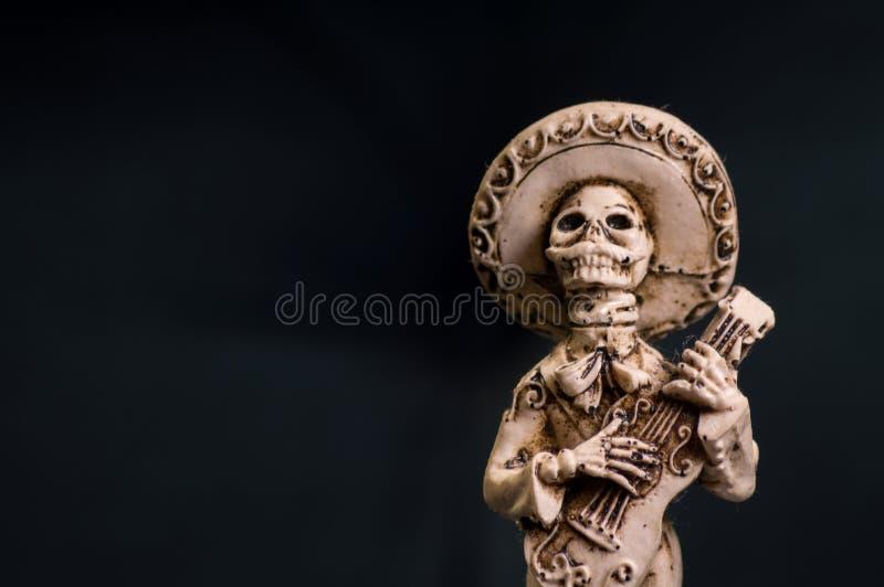 Mano mexicana esquelética del primero del pastel de bodas del novio del mariachi tallada del hueso imagen de archivo libre de regalías