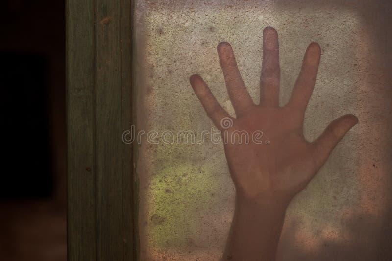 Mano misteriosa su una finestra immagini stock libere da diritti