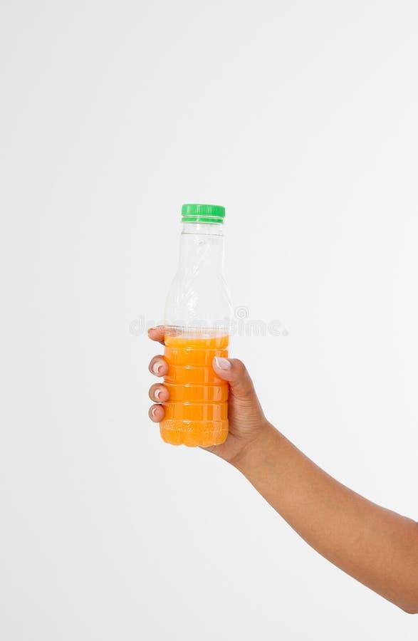 Mano nera che giudica una bottiglia di succo isolata su un fondo bianco Front View Derisione su Copi lo spazio mascherina blank fotografia stock
