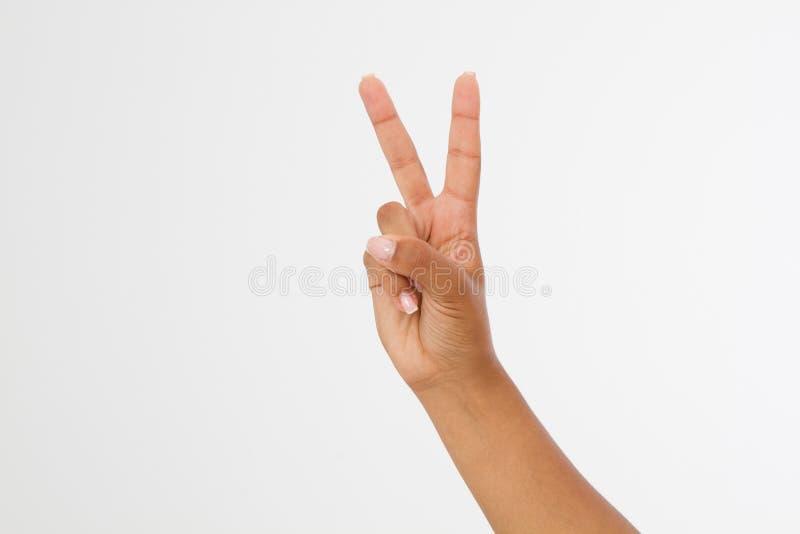 Mano nera che mostra il segno della vittoria o del primo piano di pace isolato su fondo bianco Front View Derisione su Copi lo sp fotografia stock libera da diritti