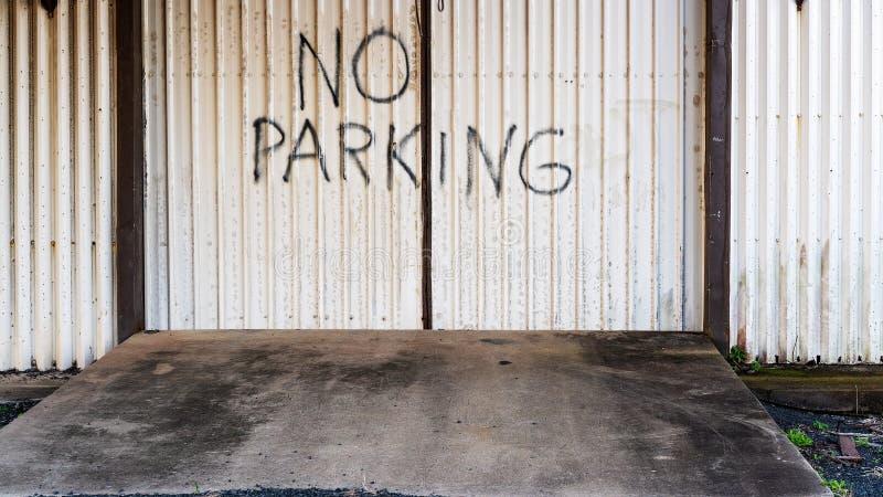 Mano no escrita ninguna señal de peligro del parque en el edificio viejo imágenes de archivo libres de regalías