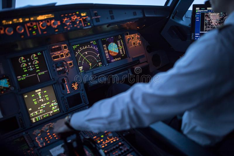 Mano pilota del ` s che accelera sul comando in un airlineri commerciale immagini stock