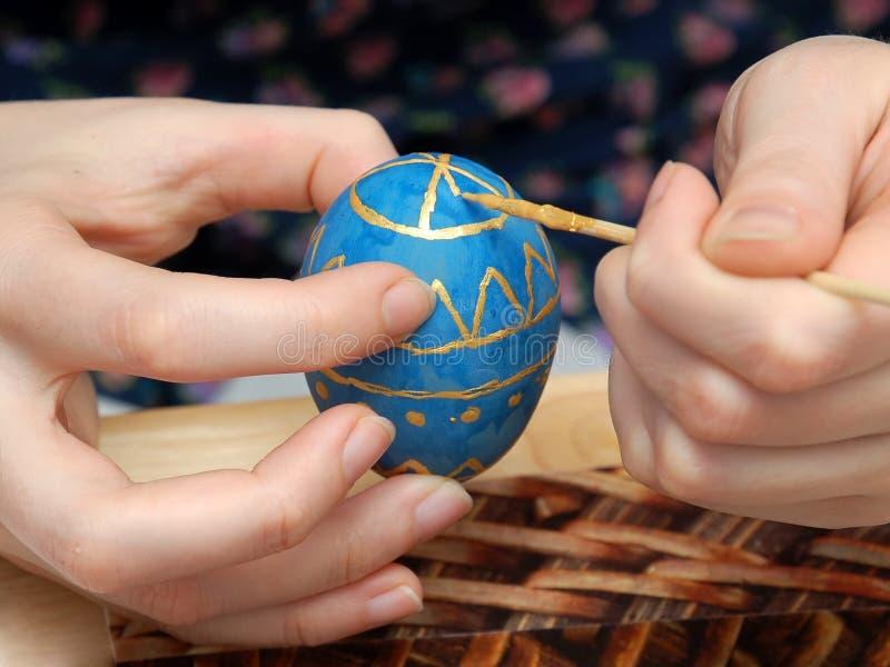 Mano-pittura dell'uovo di Pasqua fotografia stock libera da diritti