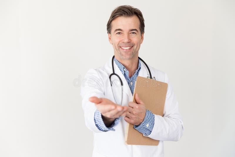 Mano prestatrice di medico bello maturo che richiede soldi per il servizio fotografia stock