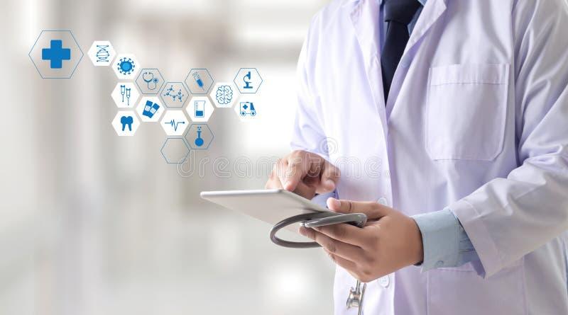 Mano profesional del doctor de la atención sanitaria de la medicina que trabaja con modo imágenes de archivo libres de regalías