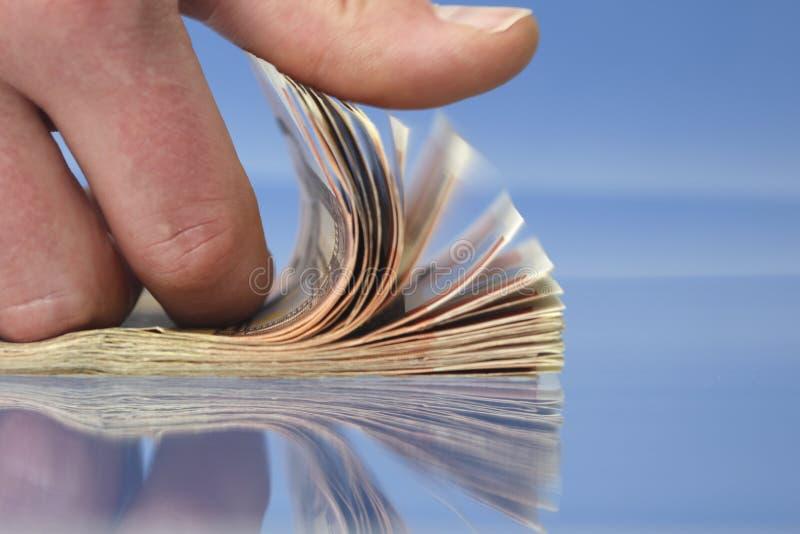 Mano que cuenta el dinero foto de archivo