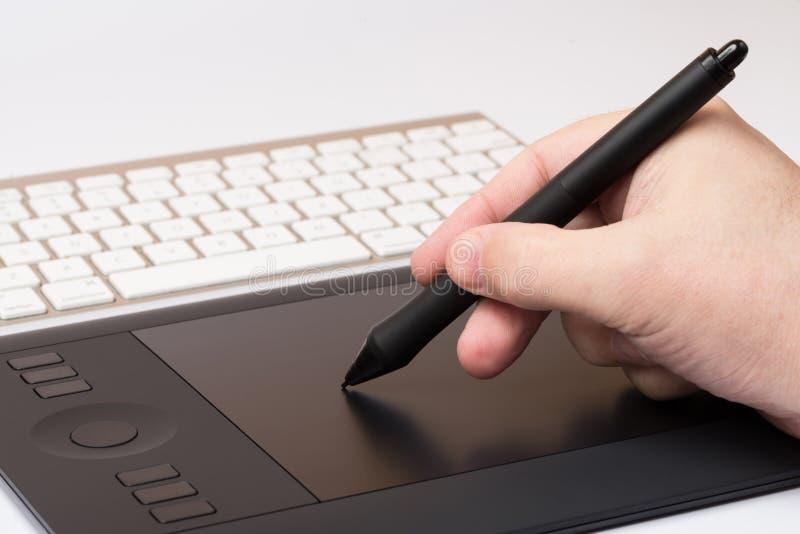 Download Mano Que Detiene A Pen Over Table Gráfico Imagen de archivo - Imagen de pluma, gráfico: 42432385